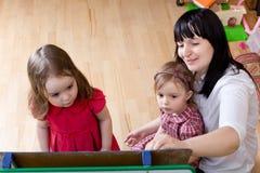Matriz que ensina suas filhas fotos de stock royalty free