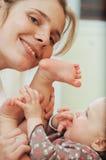 Matriz que joga com bebê pequeno imagens de stock