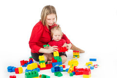 Matriz que joga com a criança sobre o branco Fotografia de Stock