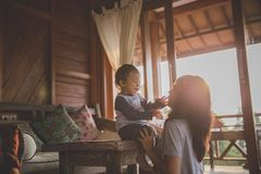 Matriz que joga com filha fotografia de stock royalty free