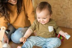 Matriz que joga com seu bebê Imagem de Stock