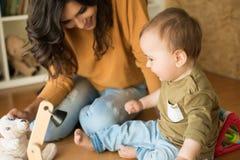 Matriz que joga com seu bebê Fotografia de Stock Royalty Free