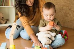 Matriz que joga com seu bebê Imagens de Stock Royalty Free