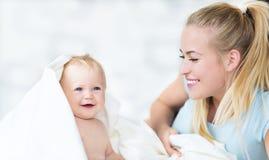 Matriz que joga com seu bebê Fotos de Stock Royalty Free