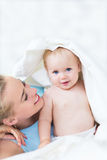 Matriz que joga com seu bebê Imagem de Stock Royalty Free