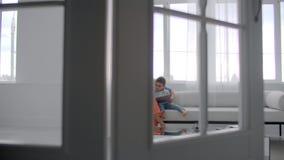 Matriz que senta-se com hist?ria da leitura do filho dentro filme