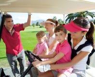 Matrizes e filhas do campo de golfe no buggy fotos de stock royalty free
