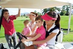 Matrizes e filhas do campo de golfe no buggy fotos de stock