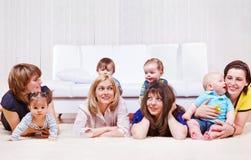 Matrizes que apreciam o tempo com bebês imagem de stock