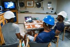 Matrosemannschaft an Bord eines Schiffs oder eines Schiffes, die aufpassenden Film des Spaßes haben stockbild