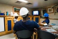 Matrosemannschaft an Bord eines Schiffs oder eines Schiffes, die Spaß fernsehend hat stockbild