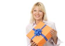 Matrue Frau mit Geschenkkasten Stockfotografie