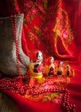 Matryoshka和红色被仿造的头巾 免版税库存照片