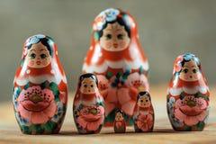 Matryoshka家庭 在一张木桌上的俄国玩偶 库存照片