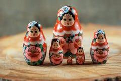 Matryoshka家庭 在一张木桌上的俄国玩偶 库存图片