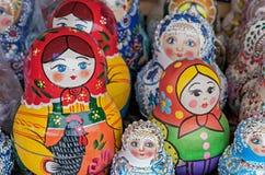 Matryoshka是一份全国俄国纪念品 在礼品店的柜台的俄国木玩偶matryoshka 被筑巢的玩偶 免版税图库摄影