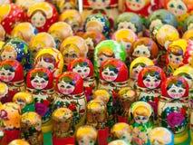 Matryoshka κούκλα που τοποθετείτ&alp Στοκ Φωτογραφίες