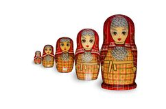Matryoshka Πέντε κόκκινες κούκλες στοκ εικόνες