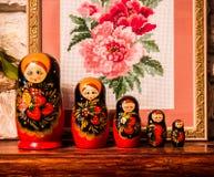 Matryoshka, ρωσικό σύμβολο, toynmatryoshka που χρωματίζεται με τα φωτεινά χρώματα Στοκ Φωτογραφίες