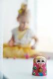 Matryoshka и маленькая девочка Стоковое Изображение RF