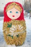 Matryoshka. De decoratie van het nieuwjaar in het park. Stock Foto
