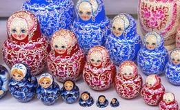 Matryoshka de madeira da boneca do russo no contador da loja de lembranças Matryoshka ? uma lembran?a nacional do russo fotografia de stock royalty free