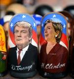 Matryoshka dockor med bilden och den 45th presidenten av USA av Donald Trump och Hillary Clinton på räknaren av souvenir Royaltyfri Bild