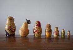 Matryoshka dockor med päronet bland dem arkivbild