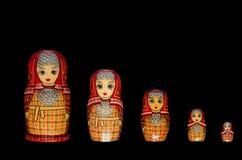 Matryoshka Fünf rote Puppen lizenzfreie stockfotografie