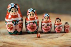 Matryoshka familj Rysk docka på en trätabell fotografering för bildbyråer