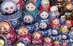 Matryoshka jest krajowym Rosyjskim pami?tk? Rosyjski drewniany lali matryoshka na kontuarze prezenta sklep lalka gniazduj?ca obraz stock