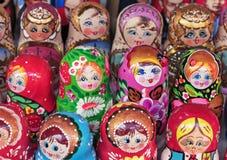 Matryoshka jest krajowym Rosyjskim pami?tk? Rosyjski drewniany lali matryoshka na kontuarze prezenta sklep lalka gniazduj?ca zdjęcia royalty free