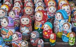 Matryoshka jest krajowym Rosyjskim pami?tk? Rosyjski drewniany lali matryoshka na kontuarze prezenta sklep lalka gniazduj?ca obrazy royalty free