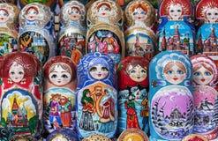 Matryoshka jest krajowym Rosyjskim pami?tk? Rosyjski drewniany lali matryoshka na kontuarze prezenta sklep lalka gniazduj?ca obrazy stock