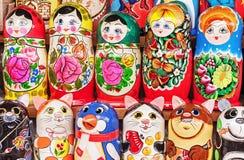 Matryoshka jest krajowym Rosyjskim pami?tk? Rosyjski drewniany lali matryoshka na kontuarze prezenta sklep lalka gniazduj?ca zdjęcia stock