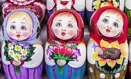 Matryoshka jest krajowym Rosyjskim pami?tk? Rosyjski drewniany lali matryoshka na kontuarze prezenta sklep lalka gniazduj?ca zdjęcie royalty free