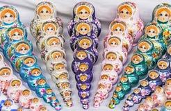 Matryoshka jest krajowym Rosyjskim pami?tk? Rosyjski drewniany lali matryoshka na kontuarze prezenta sklep lalka gniazduj?ca obraz royalty free
