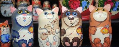 Matryoshka pintado de madeira sob a forma dos gatos foto de stock