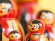 Matryoshka-Puppen auf gelbem Hintergrund Lizenzfreies Stockbild