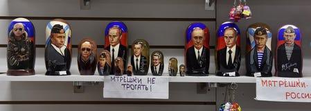 Matryoshka-Puppen mit einem Bild von Putin in einem Souvenirladen Stockfotografie