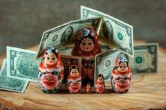 Matryoshka Rysk docka med dollar Anti-krissparbössa royaltyfri fotografi