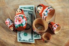 Matryoshka Rysk docka med dollar Anti-krissparbössa royaltyfri bild