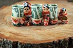 Matryoshka Rysk docka med dollar Anti-krissparbössa arkivbilder