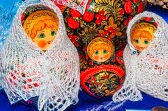 Matryoshkapop in de donsachtige sjaal van Orenburg Stock Afbeeldingen