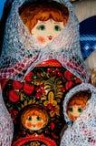 Matryoshkapop in de donsachtige sjaal van Orenburg Stock Foto