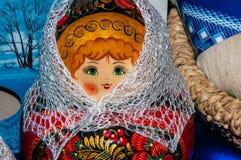 Matryoshkapop in de donsachtige sjaal van Orenburg Stock Fotografie