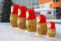 Matryoshkas。 新年度装饰在公园。 库存图片