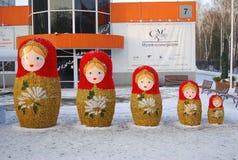 Matryoshkas. Decoração do ano novo no parque. Imagem de Stock