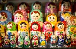 Matryoshkas i Moskva shoppar Arkivfoton