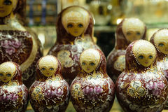 Matryoshkas i rysssouvenir shoppar i Moskva Royaltyfri Bild